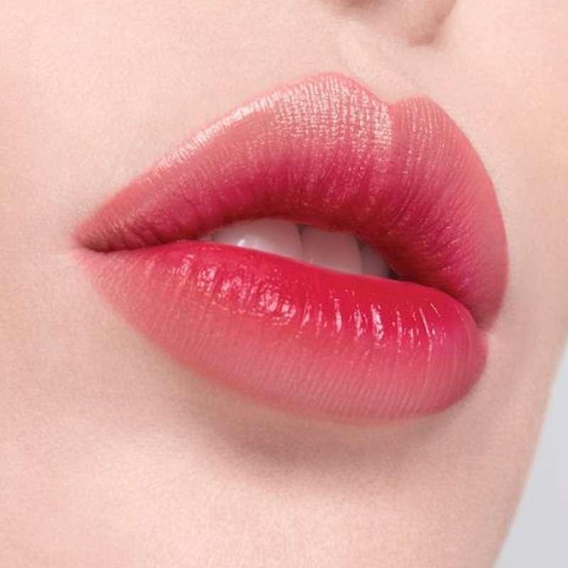 rifinitura contorno labbra in centro estetico